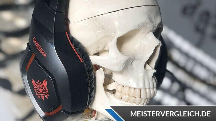 Schädel mit Gaming Headset von Onikuma