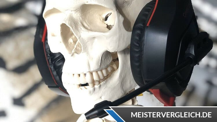 Schädel mit Gaming Headset
